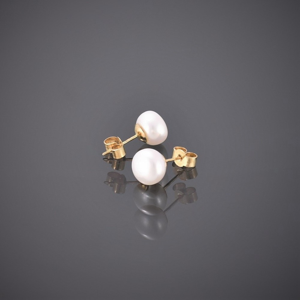Profile view of 9 ct gold pearl stud earrings
